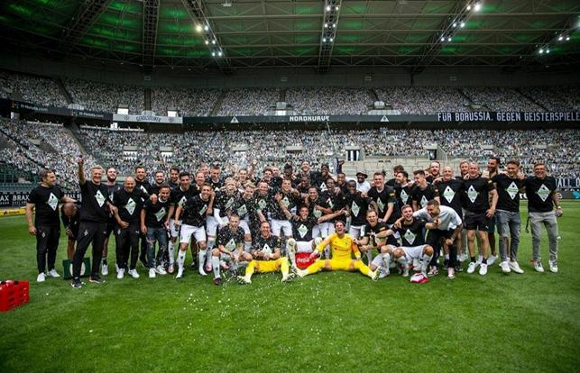 Il Borussia Monchengladbach festeggia la qualificazione in Champions League