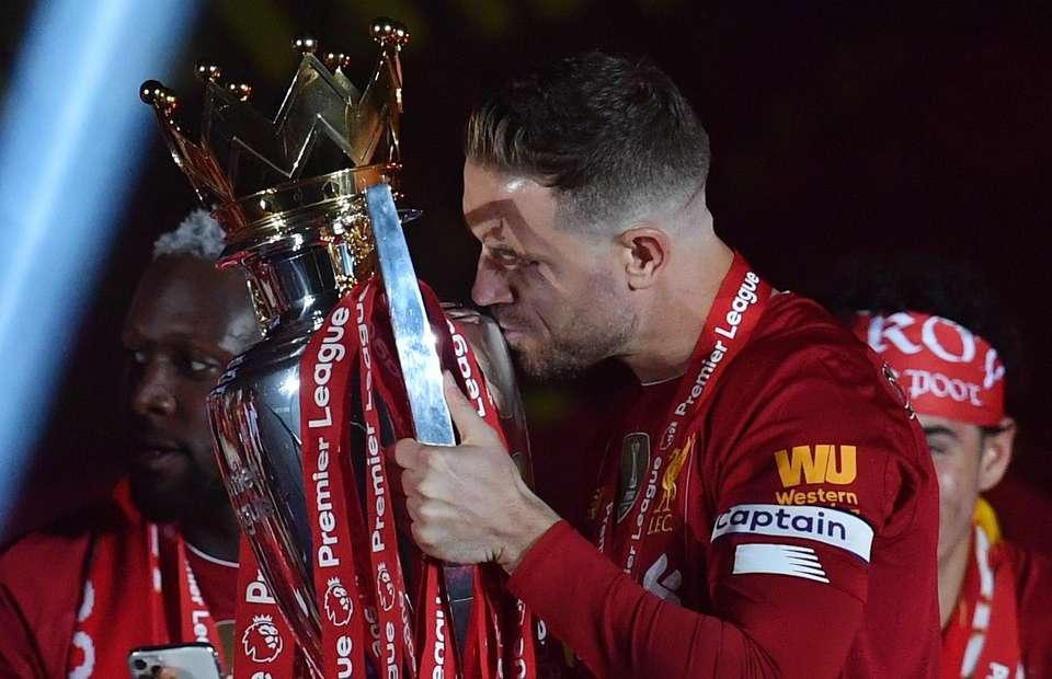 Henderson bacia l'ambito trofeo. La storia torna a tingersi di rosso.