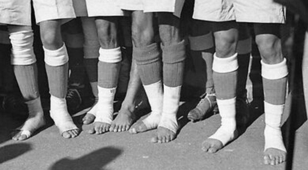 I piedi dei giocatori indiani per il match contro l'Australia a fine anni '40